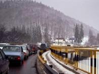 Traficul rutier a fost ingreunat, duminica dupa-amiaza, pe DN 1, pe sensul de mers dinspre Brasov spre Bucuresti, autoturismele circulind in coloana, cu viteza maxima de 20 de kilometri la ora, din cauza aglomeratiei provocate de turistii care si-au petrecut Revelionul la munte