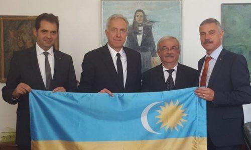 explicatiile-ambasadorului-hans-klemm-dupa-ce-a-fost-fotografiat-cu-steagul-secuiesc-in-brate-405242